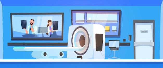 Equipo de doctores examina resultados de escaneo mri