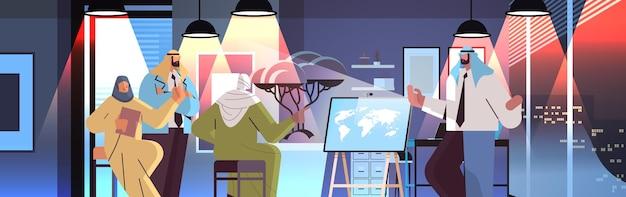 Equipo de empresarios árabes discutiendo durante la reunión de la conferencia concepto de lluvia de ideas de trabajo en equipo exitoso ilustración de vector de retrato horizontal interior de oficina de noche oscura