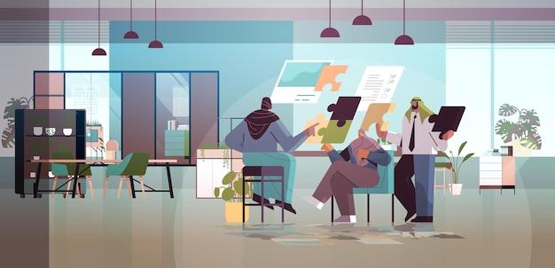 Equipo de empresarios árabes planificación del día programación de citas solución exitosa del problema del trabajo en equipo