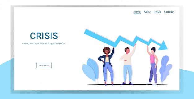 Equipo de empresarios frustrado por la flecha económica cayendo crisis financiera concepto de riesgo de inversión en quiebra gente de negocios sosteniendo hacia abajo gráfico de longitud completa copia espacio horizontal