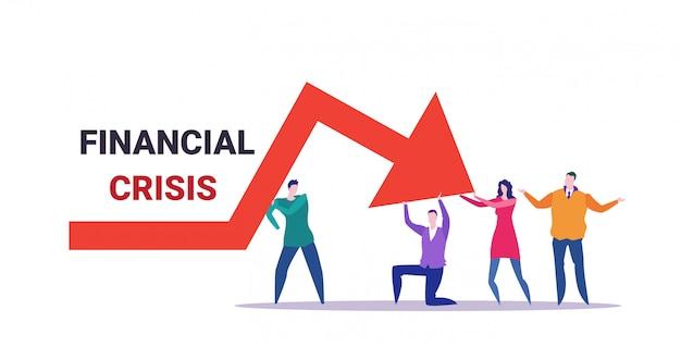 Equipo de empresarios frustrado por la flecha económica cayendo crisis financiera concepto de riesgo de inversión en quiebra gente de negocios sosteniendo gráfico rojo moviéndose hacia abajo horizontal de longitud completa