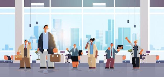 Equipo de gente de negocios trabajando juntos hombres mujeres colegas reunidos en la sala de conferencias exitoso concepto de trabajo en equipo moderno interior de oficina plano horizontal de longitud completa