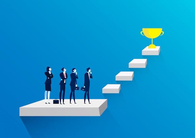 Equipo del hombre de negocios que piensa con las escaleras al trofeo de oro como símbolo del éxito.