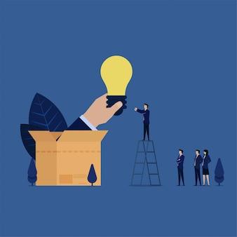 El equipo de ideas de negocios fuera de la caja recibe metáfora de pensar fuera de la caja.