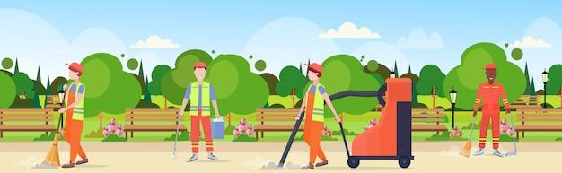 Equipo de limpieza de calles en uniforme trabajando juntos raza mixta trabajadores masculinos concepto de servicio de limpieza moderna ciudad parque urbano paisaje plano horizontal de longitud completa horizontal