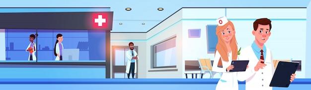 Equipo de médicos profesionales en hospital moderno o clínica que trabaja banner horizontal
