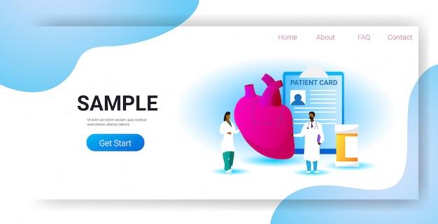 Equipo de médicos que examina el corazón humano consulta médica examen de inspección de órganos internos tratamiento cardiología concepto copia espacio horizontal de longitud completa