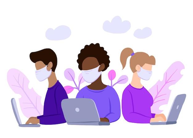 Equipo multinacional en mascarilla, asistente online en el trabajo.