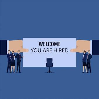 Equipo de negocios bienvenida a nuevo empleado con silla.