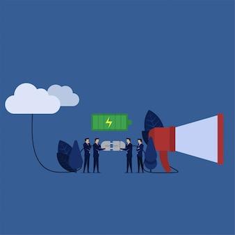 Equipo de negocios conecta el altavoz a la nube para una publicidad potente.