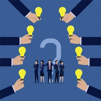 Equipo de negocios confundir elegir las mejores ideas que les ofrecen