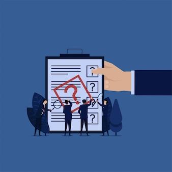 Equipo de negocios confundir para rellenar formulario. informe de investigación.