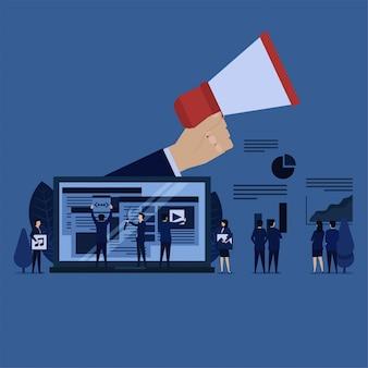 Equipo de negocios de gestión de contenido web publicitario y gráfico de beneficio.