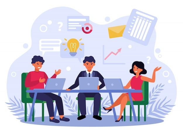 Equipo de negocios intercambiando ideas y discutiendo el proyecto de inicio