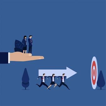 El equipo de negocios lleva la flecha al objetivo, metáfora, enfoque al objetivo