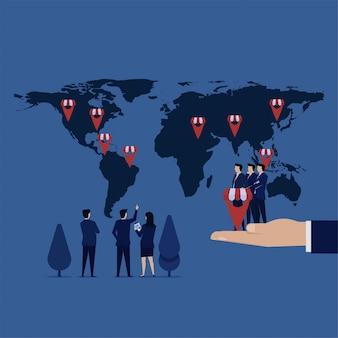 El equipo de negocios puso el icono de franquicia gps en el mapa para la expansión de la compañía.