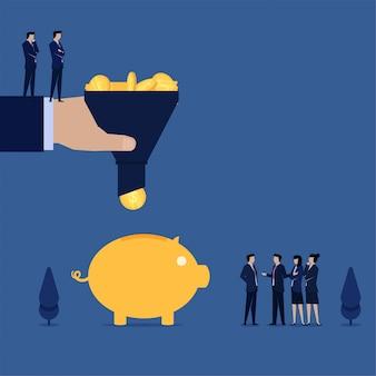 Equipo de negocios que filtra monedas de ingresos para poner en la hucha