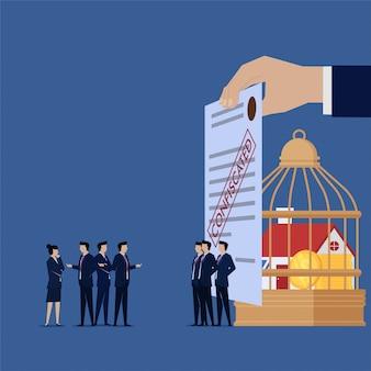 Equipo de negocios se quejan de artículos confiscados de su empresa.