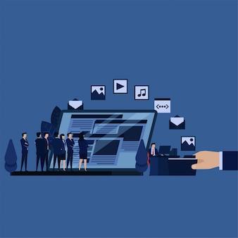 El equipo de negocios revisa el contenido web del empleado contratado para optimizar la optimización del motor de búsqueda.