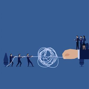 El equipo de negocios tira de la cuerda enredada y la mano como una metáfora del cliente para la resolución de problemas.