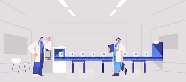 Equipo de operadores que controlan la producción de medicamentos llenado en la cinta transportadora médicos que controlan la calidad de los productos sanitarios