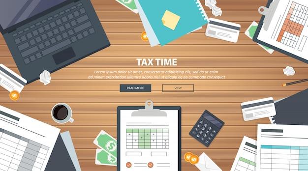 Equipo de pago de impuestos en el escritorio.