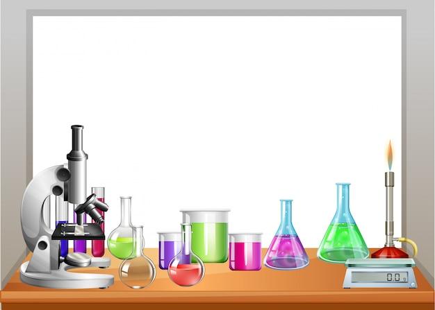 Equipo de química en mesa.