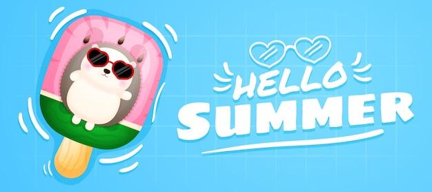 Erizo lindo bebé acostado en la boya de natación con banner de saludo de verano