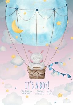 Es un niño tarjeta de invitación para niños con lindo conejo en un globo en las estrellas y nubes