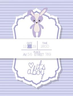 Es una tarjeta de baby shower de bebé con conejo relleno.