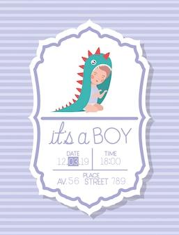 Es una tarjeta de baby shower infantil con niño disfrazado.