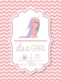 Es una tarjeta de baby shower de niña con niño disfrazado.