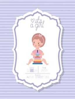 Es una tarjeta de baby shower de niña con niño pequeño y anillos de juguete de pila