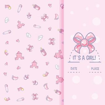 Es una tarjeta de baby shower de niña con patrón de objetos para niña