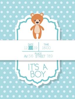 Es una tarjeta de baby shower de niño con osito de peluche.
