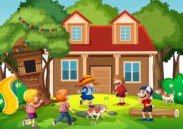 Escena al aire libre con muchos niños jugando frente a la casa.
