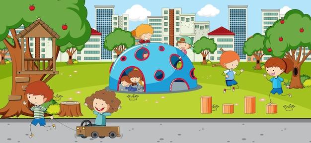 Escena al aire libre con muchos niños jugando en el parque.