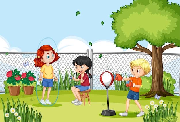 Escena al aire libre con muchos niños realizando diferentes actividades.