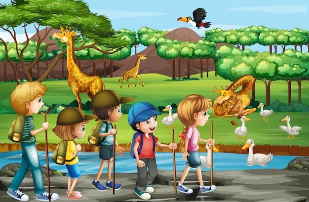 Escena con animales y niños en el zoológico abierto