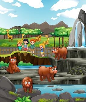 Escena con animales y niños en el zoológico.