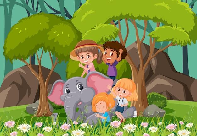 Escena del bosque con niños jugando con un elefante.