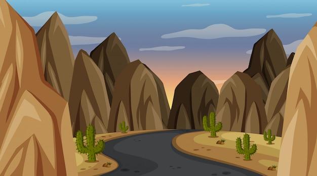 Escena con camino vacío a través de las montañas