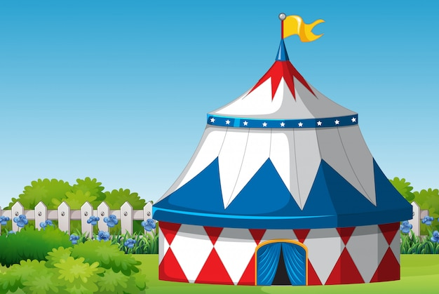 Escena con carpa de circo en el parque durante el día