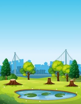 Escena del parque con estanque y árboles tajados