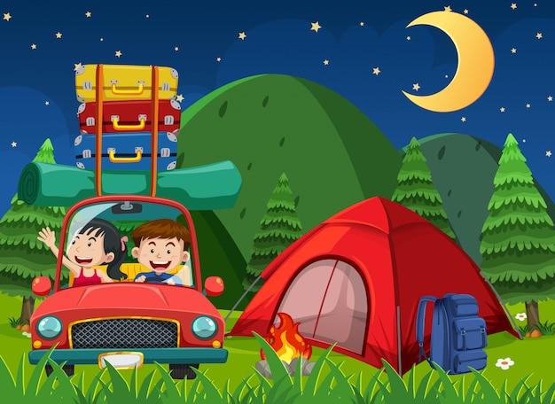 Escena con gente conduciendo y acampando en la noche en el parque