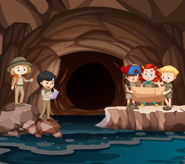 Escena con grupo de exploradores explorando la cueva