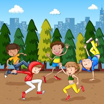 Escena con muchos niños bailando en el parque