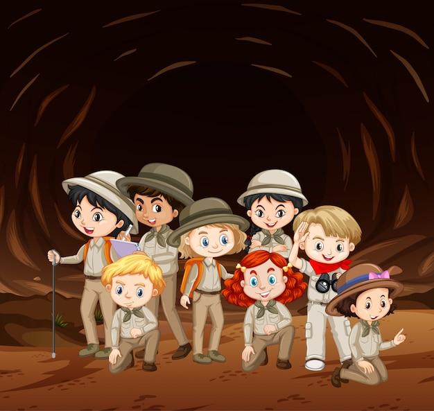 Escena con muchos niños en la cueva.