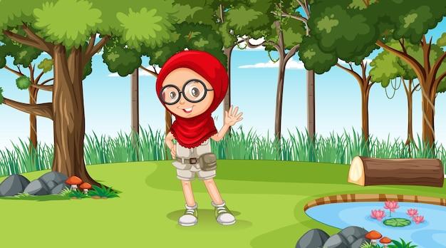 Escena de la naturaleza con un personaje de dibujos animados de niña musulmana explorando en el bosque