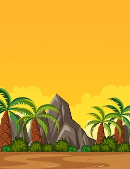 Escena de la naturaleza vertical o paisaje de campo con vista de palmeras y vista del cielo amarillo al atardecer